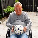 Uwe Lockstädt aus seiner Terrasse mit dem Original Spielball vom Benefizspiel1988